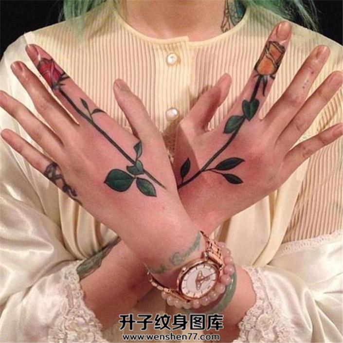 女生手指玫瑰花纹身图案