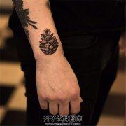 男性小臂松塔纹身