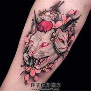小臂欧美新风格的猫头猫面具拉面题材纹身