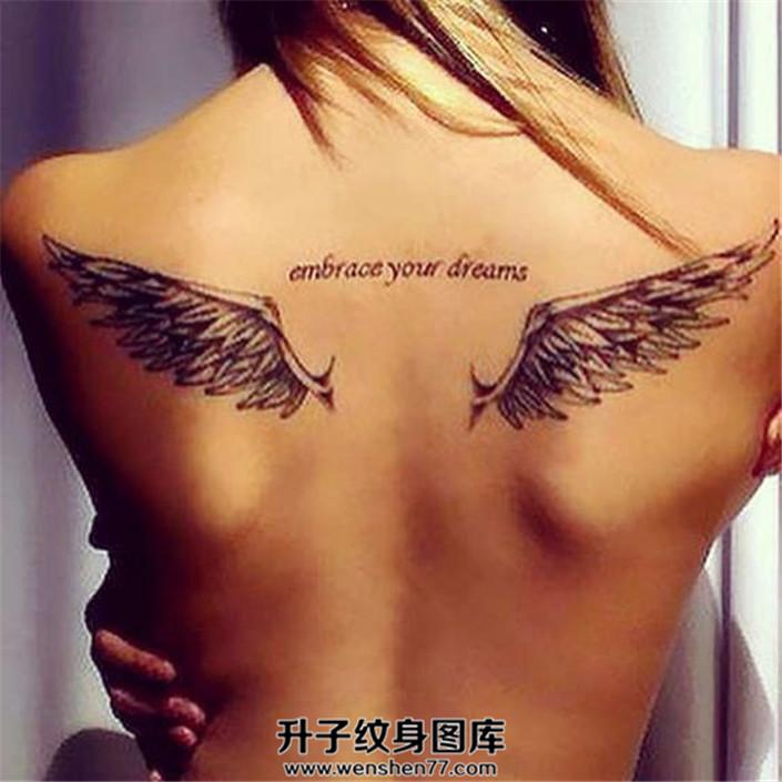 女性背部翅膀英文纹身图案