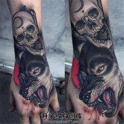 手背狼头骷髅纹身