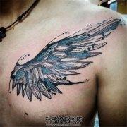 男性胸口泼墨翅膀纹身图案