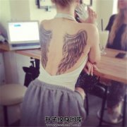 女性性感的背部翅膀纹身