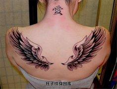 女性背部张开的一对翅膀