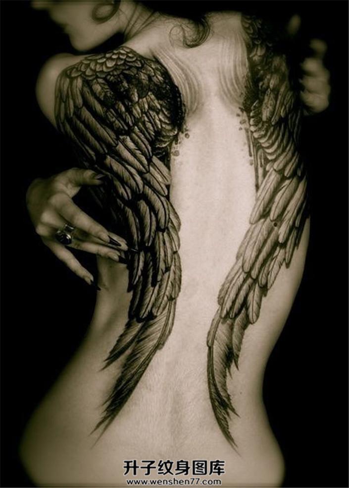 女性背部妩媚的翅膀纹身