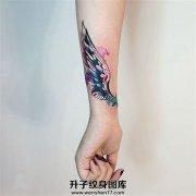 女生小臂泼墨翅膀纹身