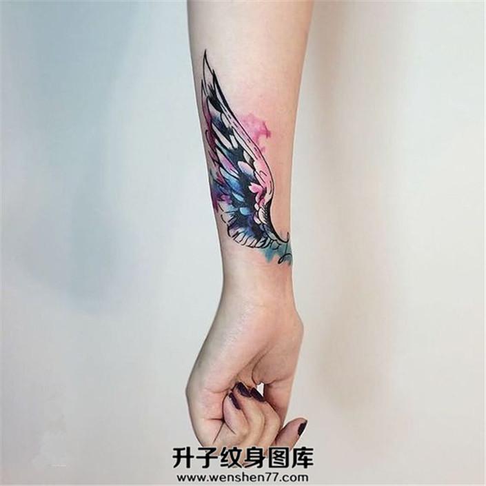 女生小臂泼墨翅膀纹身图片