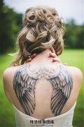 女性背部黑灰翅膀纹身