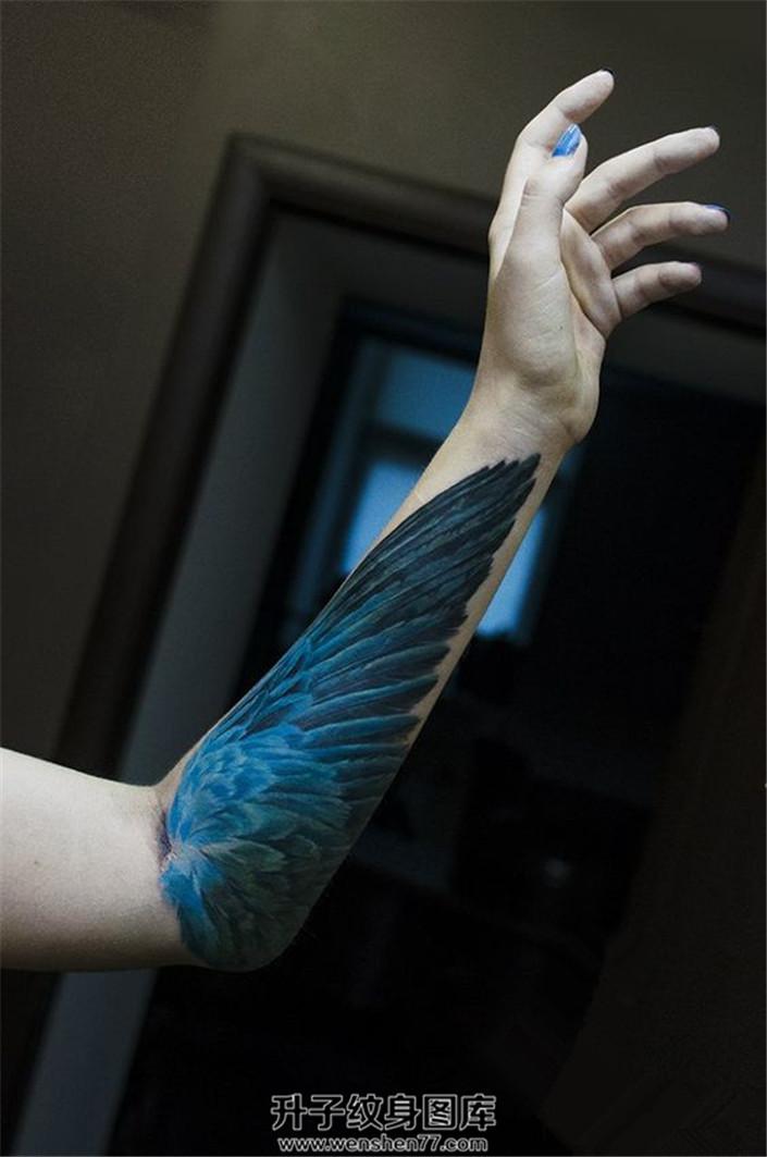 女生小臂内侧写实蓝色翅膀纹身