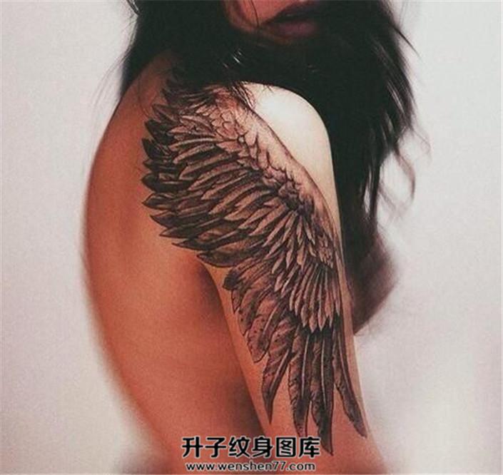 女性肩部大臂欧美写实翅膀纹身图案