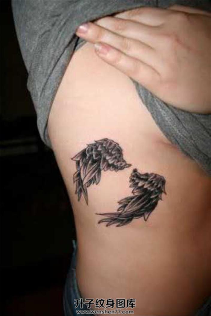 女生侧腰上的一对小翅膀纹身