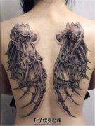 女性后背骨架翅膀纹身