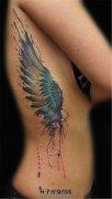 女生侧腰泼墨翅膀纹身