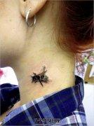 女性颈部逼真的蜜蜂纹身