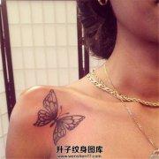 女性肩部锁骨黑灰色的蝴蝶纹身