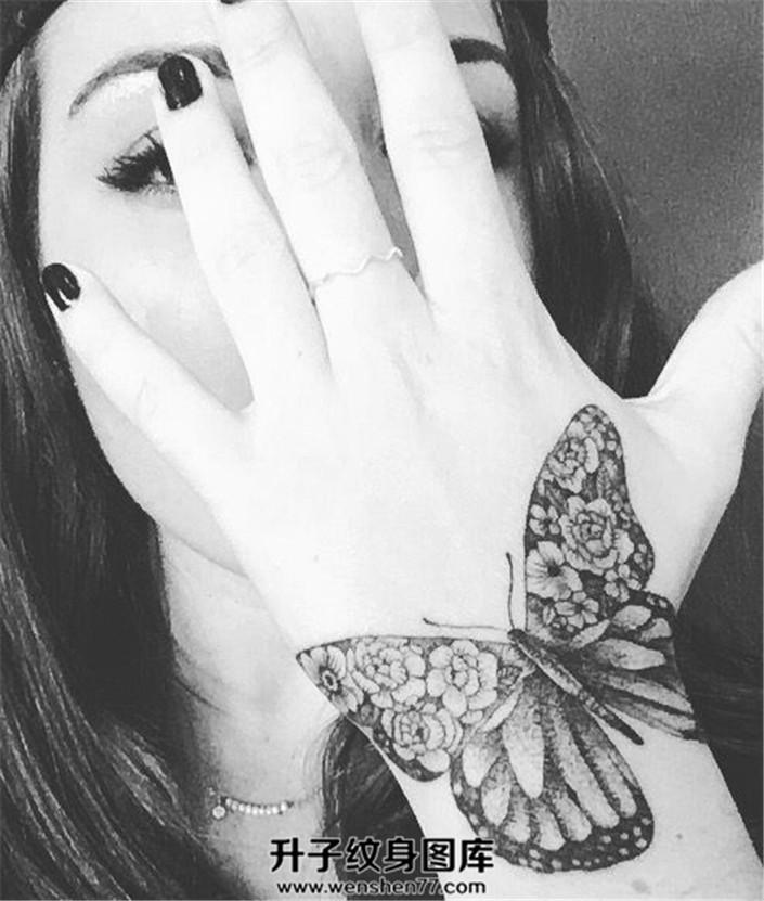 女性手腕手背上的花蝴蝶
