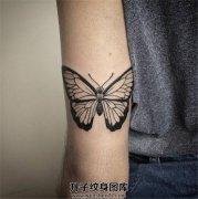 男性大臂蝴蝶纹身