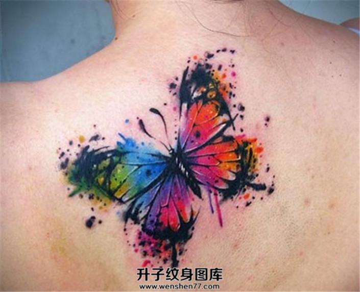 女性背部泼墨彩色蝴蝶纹身