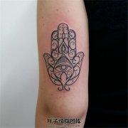 女生大臂线条法蒂玛之手纹身
