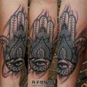 女性小臂黑灰色法蒂玛之手纹身图案
