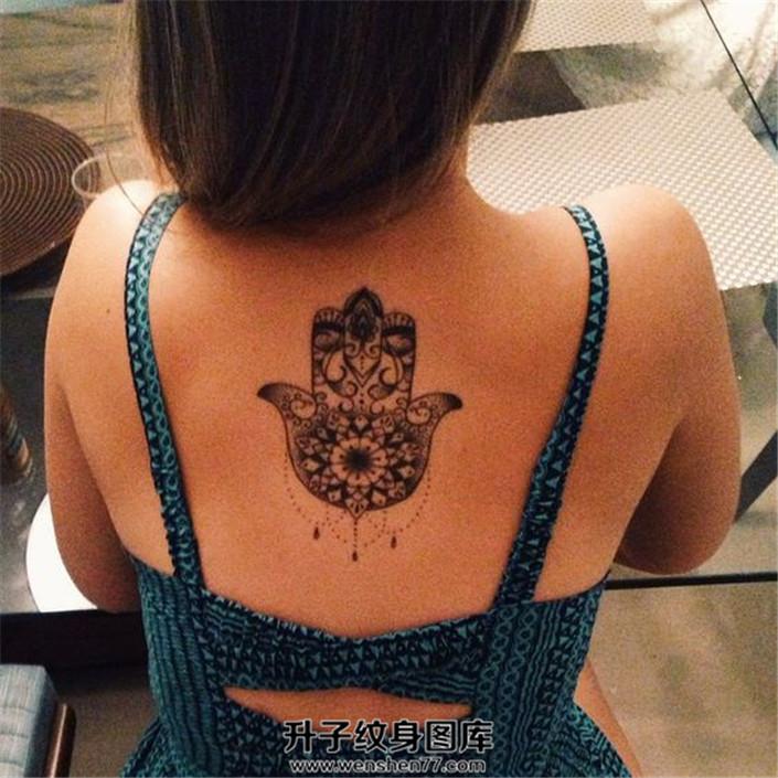 女性背部法蒂玛之手纹身和裙子非常配