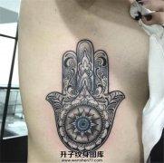 女性性感胸侧法蒂玛之手纹身