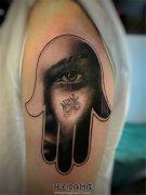 女性大臂法蒂玛之手手内写实女性肖像
