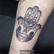 女性大臂骷髅法蒂玛之手纹身