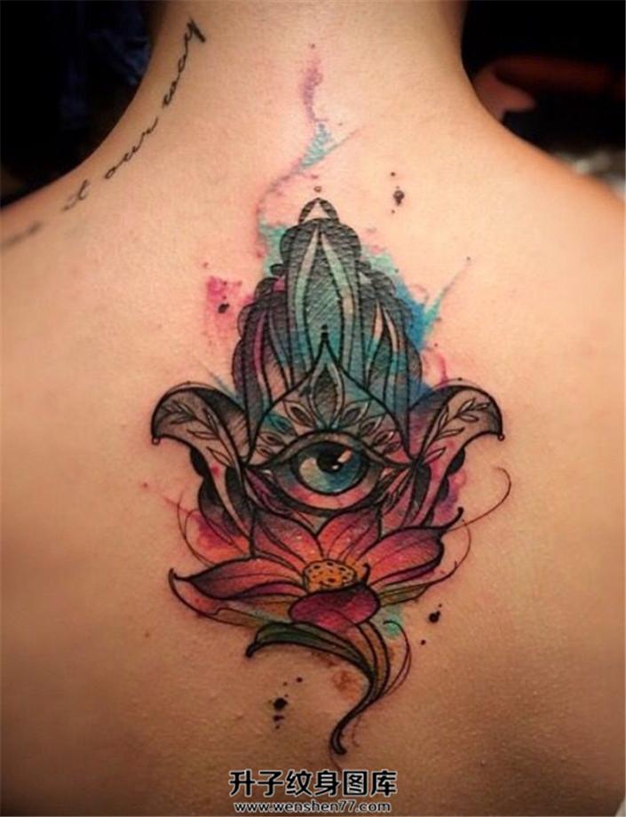女生背部泼墨莲花法蒂玛之手纹身