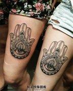 姐妹俩大腿上同款的法蒂玛之手纹身