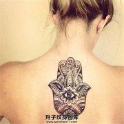 女生背部颈后部法蒂玛之手纹身