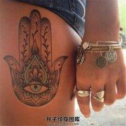 女性大腿点刺法蒂玛之手纹身