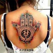 女性背部泼墨法蒂玛之手纹身
