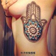 女性胸侧花朵法蒂玛之手纹身