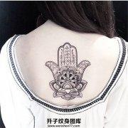 女性背部梵花莲花法蒂玛之手纹身