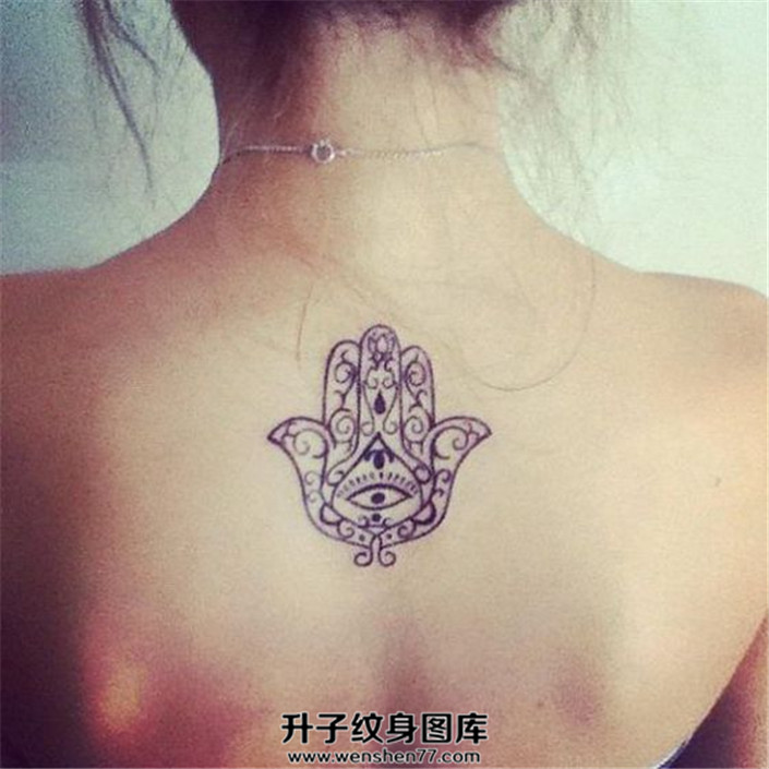 女生背部简单线条法蒂玛纹身