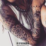 女性几何图案花臂纹身