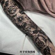 女性花朵花臂纹身