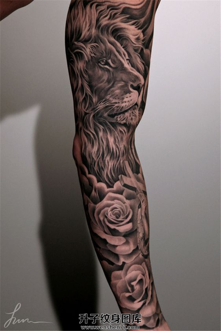 男性欧美黑灰色狮子玫瑰花纹身