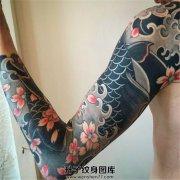 男性传统鲤鱼樱花花臂纹身
