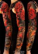 女性色彩鲜明的花臂纹身
