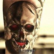 男性大臂邪恶红眼睛骷髅纹身