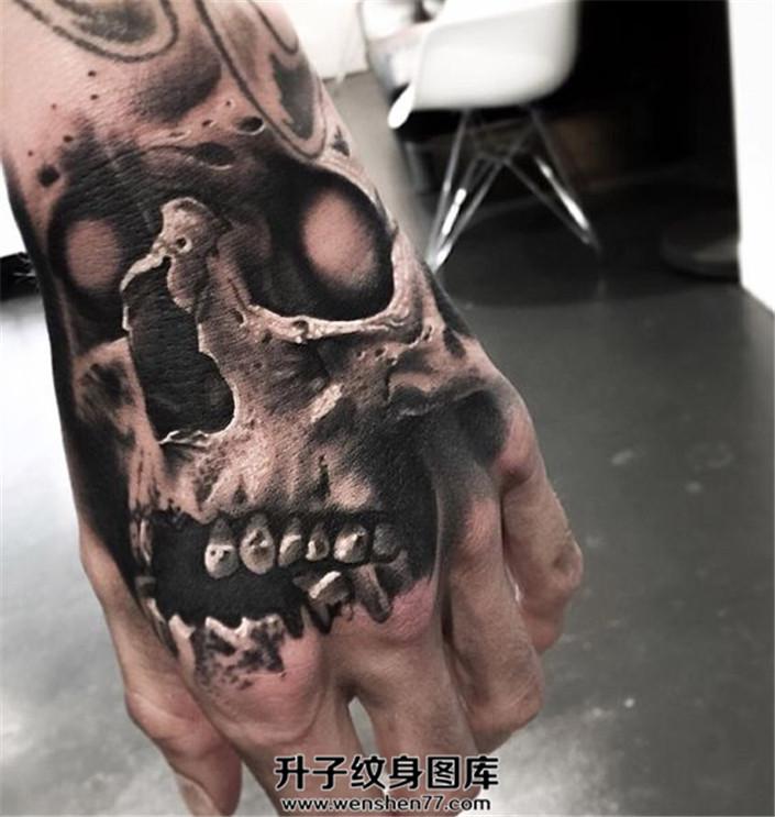 男性手背黑灰色骷髅纹身
