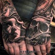 男性双手背上的美女与骷髅纹身