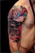 男性大臂传统骷髅与蛇纹身