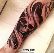 男性小臂黑灰色3D骷髅纹身图案