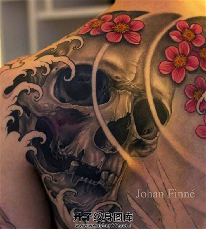 男性背部传统骷髅纹身图案