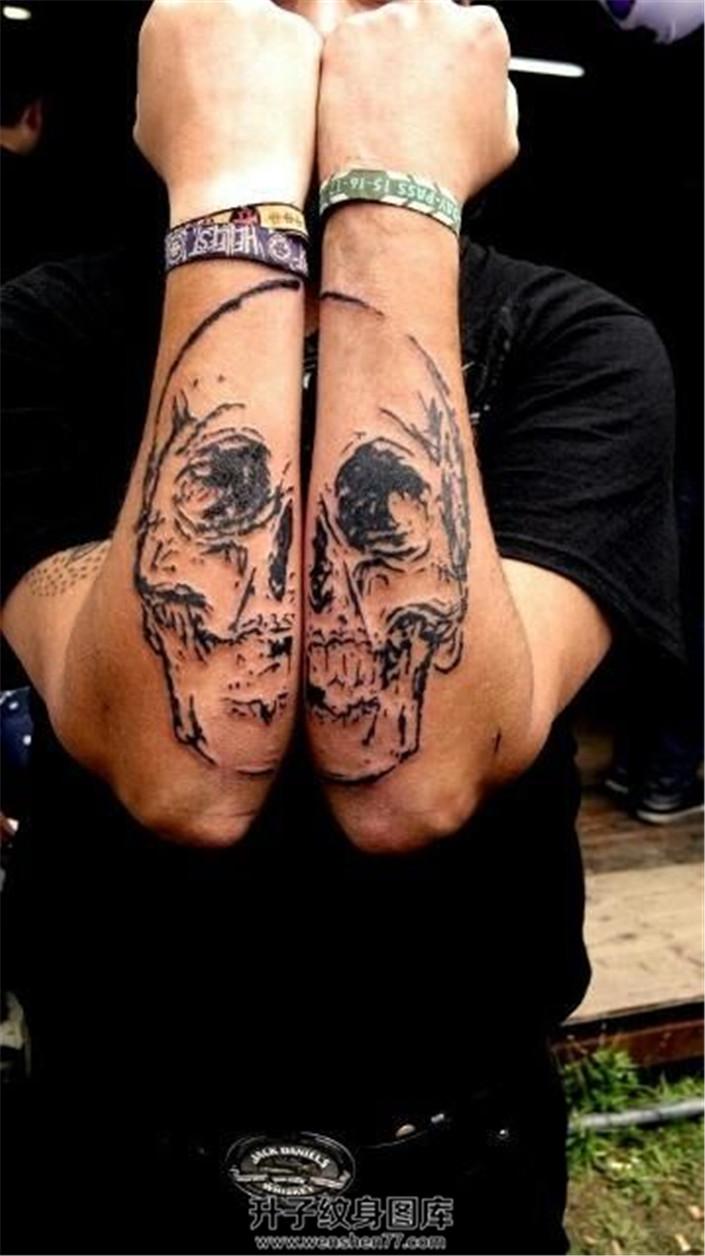 男性双侧小臂骷髅纹身