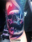 男性大臂色彩明艳的骷髅纹身