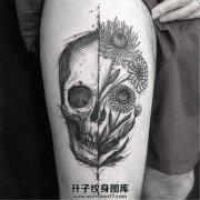 女生大腿上的一半骷髅一半花朵纹身